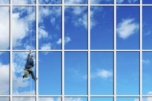 In dieser Glasfassade spiegelt sich der Himmel wieder