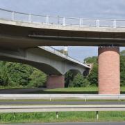 Betonbrücke mit unerwünschten Bemalungen